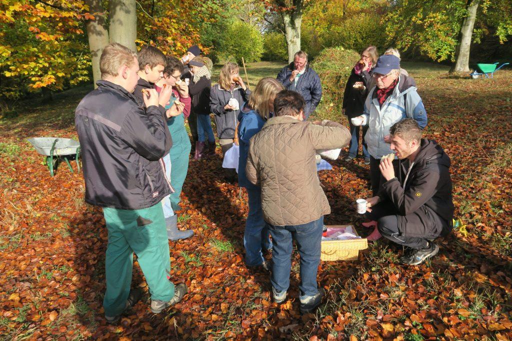 Die Mitglieder des Vereins für Natur- und Umweltschutz im Kreis Warendorf (VNU) treffen sich am Samstag, 14. Oktober um 10 Uhr, im Naturschutzgebiet Mackenberg, um dort Pflegearbeiten durch-zuführen. Interessierte sind willkommen.
