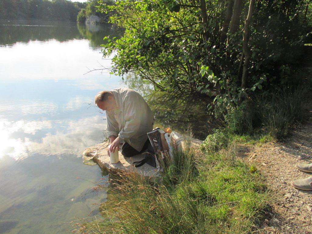 Erhard Scholz bei einer Wasserprobe (Foto: Gabriele Deppe)